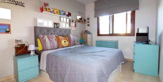Se vende piso en Mijas Costa con terraza de grandes dimensiones.